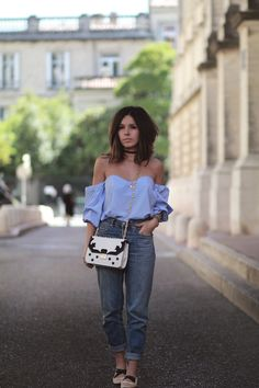 Blouse bardot off shoulder bleue Stradivarius Jean mom H&M Ballerines clous H&M Idée look printemps 2017 Blog mode tendance