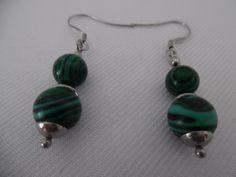 Boucles d'oreilles vert et noir, perles en malachite, pierres précieuse, sur acier inoxydable.