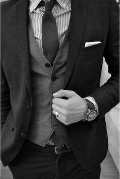 O relógio é um acessório indispensável para os homens. O modelo deve ser social e discreto, mas destacando a personalidade do noivo! Um agrado comum da noiva, também é presentear o noivo antes da cerimônia com um relógio elegante e charmoso para completar o visual do grande dia. www.facebook.com/blacktienoivas