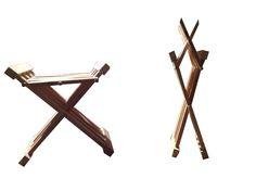 Klappstuhl: nach Abbildungen aus der ersten hälfte des 14.jh's aus je 4 Leisten aus Fichte auf jeder seite die sich in der Mitte kreuzen und oben und unten mit je einer weiteren Leiste zusammen gehalten werden und mit der Sitzfläche verbunden sind. Die verbindungen sind so gearbeitet, das man den Stuhl zusammen falten kann.