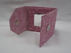 Peça confeccionada em papel paraná, forrada com tecido 100% algodão, fecho com imã.  Ótimo acabamento! R$20,00