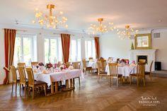 classic wedding location with wood and nice hanging lamp by © radmila kerl wedding photography munich schöne kleine klassische Hochzeitslocation Saal