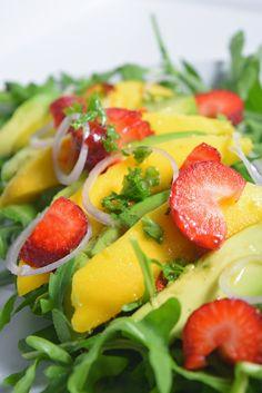 Teufels Küche: Rucola Salat mit Avocado, Mango und Erdbeeren