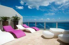 salon de jardin design - chaises-longues en blanc et rose MY YOUR