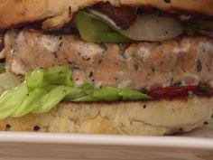 Hambúrgueres de Salmão com Molho de Sour Cream, Cebolinha e Cream Cheese - Food Network