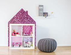 Puppenhaus aus Tapeten und Ikea Regalen in Weiß