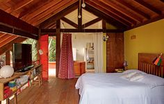 O quarto da arquiteta Kita Flórido tem suíte, que fica no mezanino e possui assoalho de madeira de demolição