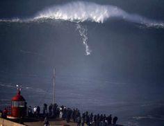 Un surfista en una gran ola en Praia do Norte, en Nazare, Portugal. REUTERS/Rafael Marchante. - Externa