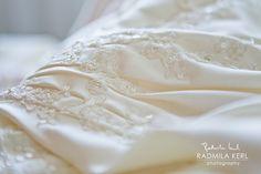 wonderful detail picture of wedding dress embroidery by © radmila kerl photography munich Schöne Detailaufnahme eines Hochzeitskleides mit Blumenstickerei und etwas Glitzer