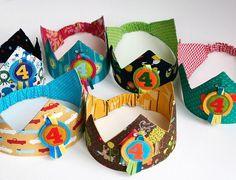 Er zijn, in die intussen talrijke naaiblogjaren, een aantal tutorials die in mijn hoofd bij 'de klassiekers' gecategoriseerd zitten. Handleidingen die zowat half blogland al gebruikte, of pagina's waa Small Sewing Projects, Sewing For Kids, Diy For Kids, Sewing Crafts, Diy Crafts, Diy Birthday Crown, Cute Headbands, Diy Toys, Sewing Tutorials