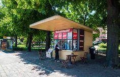 Liisanpuistikon funkistyylisestä lippakioskista voi hakea kahvia ja jäätelöä [Hemmo Rättylä]