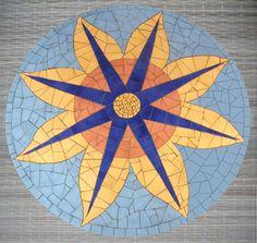 Tampo de mesa em mdf, com mosaico em cerâmica, medindo 85cm de diâmetro.
