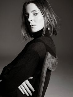 Phoebe Philo of Celine Despite Philo's many best efforts, there is a Céline uniform: large, slouchy trousers; a tuxedo jacket — preferably in navy, black or cream. Phoebe Philo, Celine, Foto Cv, Elle Mexico, T Magazine, Magazine Covers, Mid Length Hair, Power Dressing, Editorial Fashion