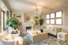 alfombra preciosa y plantas en el salón moderno