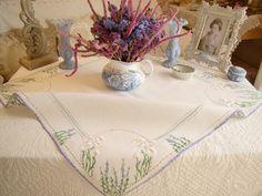 Tr�s champ�tre sur-nappe en pur lin brod�e de marguerites et lavande