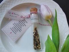 Wundervolles zartes Gastgeschenk zur Hochzeit. In dem Reagenzglas befindet sich auf Transparentpapier bedruckt der Gastname und ca. 1 gehäufter Teelöffel Blumensamen. Die beiden anderen Anhänger...