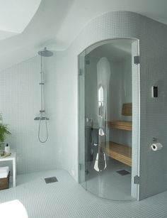 Inspiration badrum Vågiga, mjuka former i wow-badrummet - badrum inspiration vågiga väggar mosaik takkupa bastu - Bathroom Spa, Master Bathroom, Sauna Shower, Sauna Steam Room, Deco, Bathroom Inspiration, Mosaic Tiles, New Homes, Bathtub