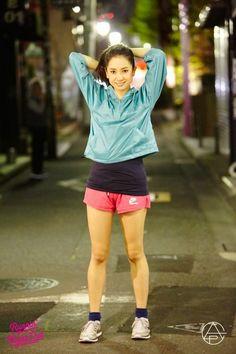 光沢感のある短めのトップスが個性的!靴下のブルーと合わせていてうまくまとまっていますね。 Running Fashion, Sport Girl, Nice Body, Style Inspiration, Sports, How To Wear, Clothes, Board, Girls