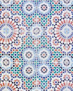 Wij zijn gek op het veranderen van ons interieur en van diy projecten, dus nadat we deze mooie beelden tegen kwamen met Marokkaanse tegels kraakten onze hersenen van de ideeën.    DIY Wij maken onze eigen Marokkaanse of…