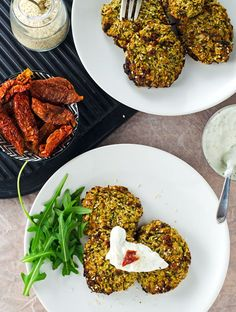saftig, würzige Zucchini-Puffer mit getrockneten Tomaten und Sesam. Easy im Ofen gebacken, gesund, vegetarisch und kalorienarm. Rezept auf www.einepriselecker.de