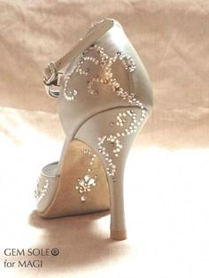 Rhinestoned Latin dance shoes -- This GEM SOLE for Japanese tango dancer Magi. Ballroom Dance Dresses, Ballroom Dancing, Baile Latino, Salsa Shoes, Peep Toe, Latin Dance Shoes, Dancing Shoes, Tango Shoes, Jazz Shoes