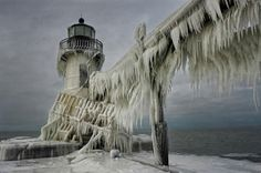 frozen-lighthouse-st-joseph-north-pier-lake-michigan-3