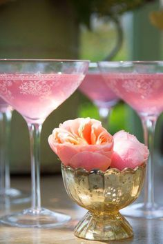 Pretty in Pink Sparkling pink champagne cocktail, these glasses are lovely Champagne Cocktail, Pink Champagne, Champagne Brunch, Champagne Glasses, Daiquiri, Festa Party, Everything Pink, Party Drinks, Yummy Drinks