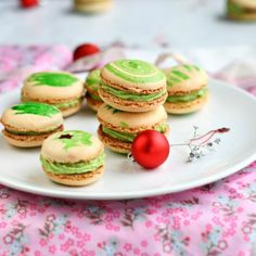 Pistachio macarons - perfect little cookies for the Christmas dinner