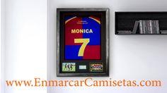 El marco versión HOMENAJE de EnmarcarCamisetas.com expone la camiseta plegada, con dos fotografías y una placa grabada, todo ello, como en todos nuestros mar...