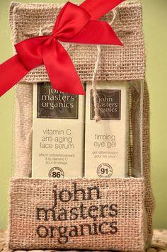 Zestaw przeciwzmarszczkowy John Masters Organic  - Serum do twarzy przeciw starzeniu z witaminą C,  - Wzmacniający żel pod oczy.  Kosmetyki zapakowane w piękny, ozdobny i ekologiczny woreczek z juty. Wspaniały prezent dla bliskiej osoby!    Tylko teraz w promocyjnej cenie!  http://www.natural-beauty.pl/john-masters-organics-zestaw-do-cery-dojrzalej.html # john masters organic # zestaw # przeciwzmarszczkowy