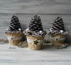 Vánoční dekorace..šiškobraní 3ks Vánoční dekorace pro radost. Květináčky jsou omotané přírodním provázkem. Dozdobené velkou borovou šiškou, která je napatinovaná na bílo. Květník je dozdoben krajkou, filc. hvězdou a knoflíkem. velikost: 17x10cm Vyberte si svůj dárek v podobě šiškové ozdoby. Výběr mi napište do zprávy.