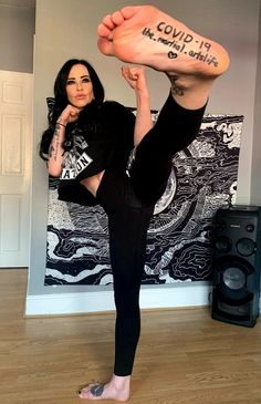 Ballbusting Kick, Julia Stiles, Karate Girl, Martial Arts Women, Women's Feet, Art Reference Poses, Self Defense, Sexy Feet, Kung Fu