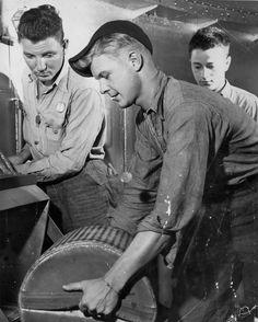 [Photo] Sailors handling gun powder aboard USS Alabama, off Japan, 1945 Uss Alabama, Vintage Sailor, Tin Cans, Flight Deck, Navy Ships, Submarines, Iron Maiden, Sailors, Battleship