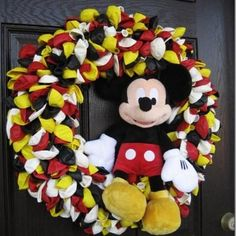 Mickey Mouse wreath - would make this Minnie Mouse instead.or maybe Mickey & Minnie! This is for my friend Raquel. Mickey Minnie Mouse, Ballons Mickey Mouse, Mickey Mouse Crafts, Mickey Mouse Bedroom, Pink Minnie, Mickey Party, Mickey Mouse Birthday, Elmo Party, Balloon Garland