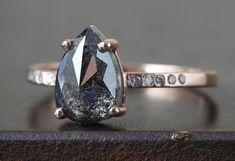 Bague en diamant naturel noir Rose Cut avec bande Pave par LexLuxe