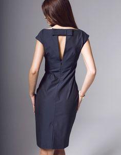 Sukienka ołówkowa uszyta z włoskiej elastycznej tafty opalizującej, kolor ciemny granat, opalizujący na czarno. Na podszewce. Ozdobny tył - pęknięcie na plecach i kokardka. Długość sukienki ok. 100cm. Czyszczenie chemiczne. Modelka ma 175 cm wzrostu i prezentuje rozmiar 36