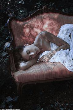 Femme allongée sur divan rose