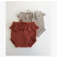 🍁 Erantis bloomers 🍁 so nice for fall, with small tights 🍁 f . : 🍁 Erantis bloomers 🍁 so nice for autumn, with small tights 🍁 for recipe 👉🏻 see link in bio * * Knitted Baby Clothes, Cute Baby Clothes, Toddler Girl Outfits, Baby Outfits, Big Knits, Bobe, Crochet Bebe, Baby Bloomers, Knitting For Kids