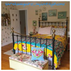 A fabulous vintage guest room, cheerful and creative!