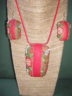 conjunto de gargantilla y pendientes flores enrelieve de ARTESANIAALMA en Etsy Straw Bag, Bags, Etsy, Fashion, Chokers, Hand Made Gifts, Clay, Earrings, Handmade