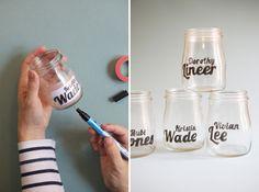 瓶の内側にタイポグラフィがプリントされた紙を貼り、外側から油性ペンでなぞっていきます。 メッセージや名前を書けば、楽しい瓶の出来上がり!