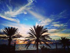 Y con esta puesta de sol termina un gran fin de semana de aprendizaje y emociones. Gracias a @iberostar por crear lugares acogedores y únicos como la terraza del Iberostar Playa de Palma a donde he vuelto hoy a tomar café y ver el sunset. Y gracias #MKTravelRocks por tantas buenas sensaciones. . . .  #sky #sun #sunset #Mallorca #Iberostar #sunshine #sol #red #nature #twilightscapes #sky #clouds #sunset_pics #sunsetsniper #ig_sunsetshots #all_sunsets #sunsetporn #orange #instasunsets…