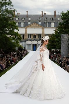 Enter the house of Ralph & Russo and discover unparalleled Haute Couture and accessories. Thread Work, Silk Thread, Wedding Gowns With Sleeves, Wedding Dresses, Ralph And Russo, White Tulle, Silk Organza, Chantilly Lace, Lace Applique