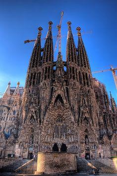 Sagrada Família by Antoni Gaudí (Barcelona) . Y nuestra oficina al lado. Todo un lujo. www.lacentraldelnegocio.com