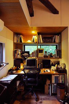 一彦さんの仕事場のデスク。「古いマッキントッシュが置いてありますが、今はWindowsのマシンで仕事しています」