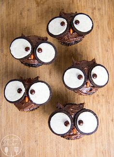 20 Cupcakes So Cute Theyre Almost Impossible to Eat The cutest owl cupcakes! Love these for a back to school party. (Cupcake Recipes For Kids) The post 20 Cupcakes So Cute Theyre Almost Impossible to Eat appeared first on School Diy. Holiday Treats, Halloween Treats, Holiday Recipes, Easy Halloween, Halloween Cupcakes Easy, Halloween Baking, Fall Treats, Yummy Treats, Delicious Desserts
