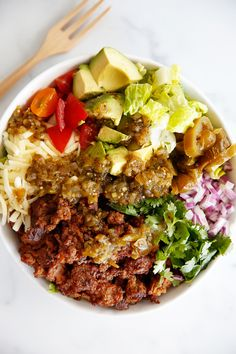 Looking for an easy weeknight meal? This Easy and Healthy Taco Salad recipe is it! It's simple to prepare, deliciously satisfying, and customizable. Taco Salad Bowls, Taco Salad Recipes, Healthy Salad Recipes, Soup And Salad, Taco Salads, Clean Recipes, Pasta Salad, Keto Recipes, Lexi's Clean Kitchen