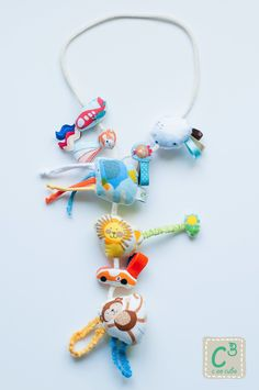 Um colar com texturas e sons que proporciona brincadeiras intermináveis enquanto o seu bebé está no aconchego do colo.
