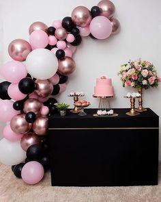"""Inspirações para festas on Instagram: """"💖💖💖  Via @gentegrandefesteja Linda. 🌸🖤 . . By @bolinhocomcapricho No cantinho da sala, uma decor cheia de estilo. Escolhemos a paleta de…"""" 16th Birthday Decorations, 18th Birthday Party, Gold Birthday, Birthday Balloons, Birthday Party Themes, Deco Ballon, Deco Buffet, Deco Baby Shower, Bridal Shower Party"""