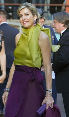 Pin for Later: Queen Máxima Dared to Pair These 2 Colors Together For a Formal Event — and It Totally Worked Queen Máxima Paired a Chartreuse Top With a Dark Purple Skirt Purple Dress Outfits, Lila Outfits, Dark Purple Dresses, Purple Skirt, Curvy Outfits, Colour Combinations Fashion, Color Combinations For Clothes, Color Blocking Outfits, Lila Rock